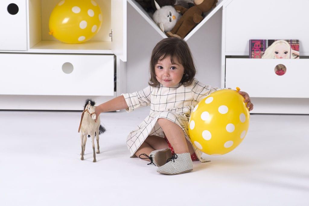 Dziecko bawiące się w dziecięcym pokoju