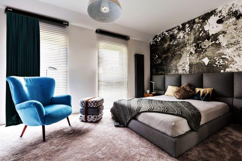 Sypialnia z dużym łóżkiem i białe rolety w oknach - aranżacja dekoracji okiennych