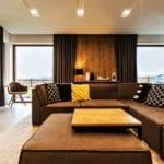 Aranżacja dekoracji okiennych w pokoju dziennym z brązowymi zasłonami