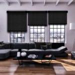 Aranżacja dekoracji okiennych - duży salon z ciemnymi zasłonami