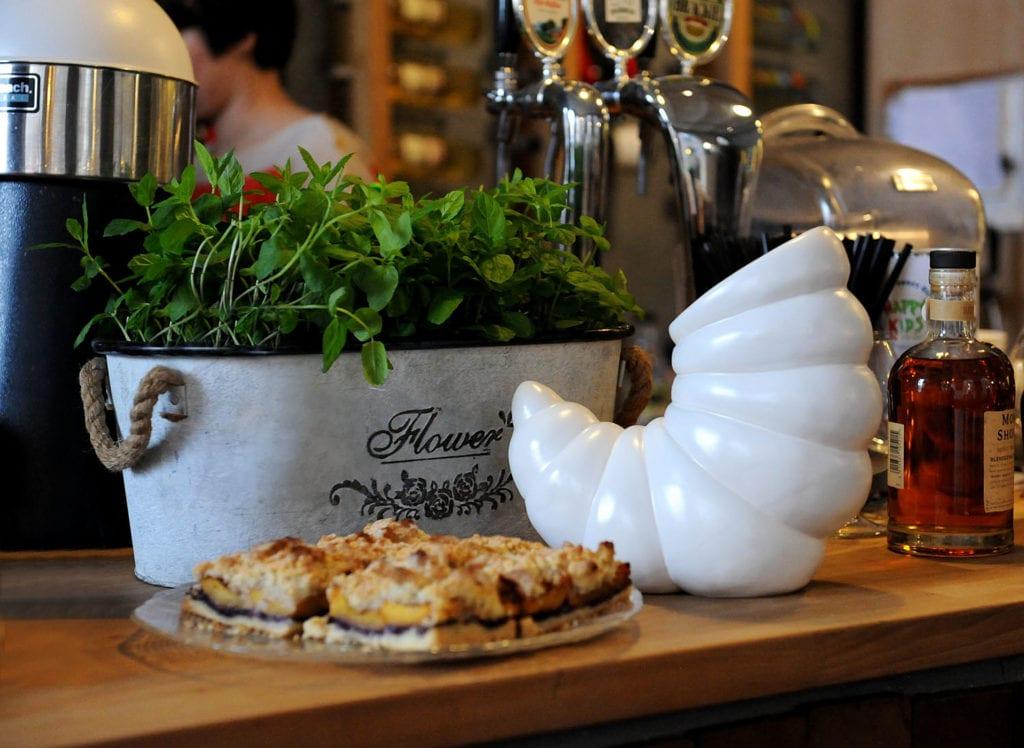 Biały wazon z ceramiki od marki Lamabo