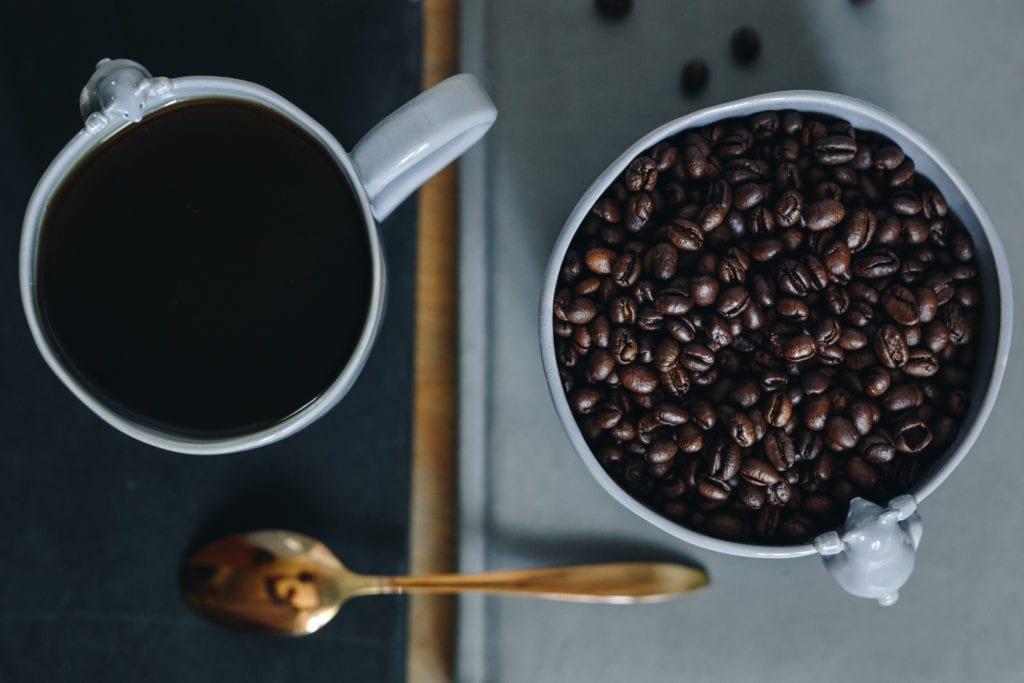Biały ceramiczny kubek z kawą od Lamabo