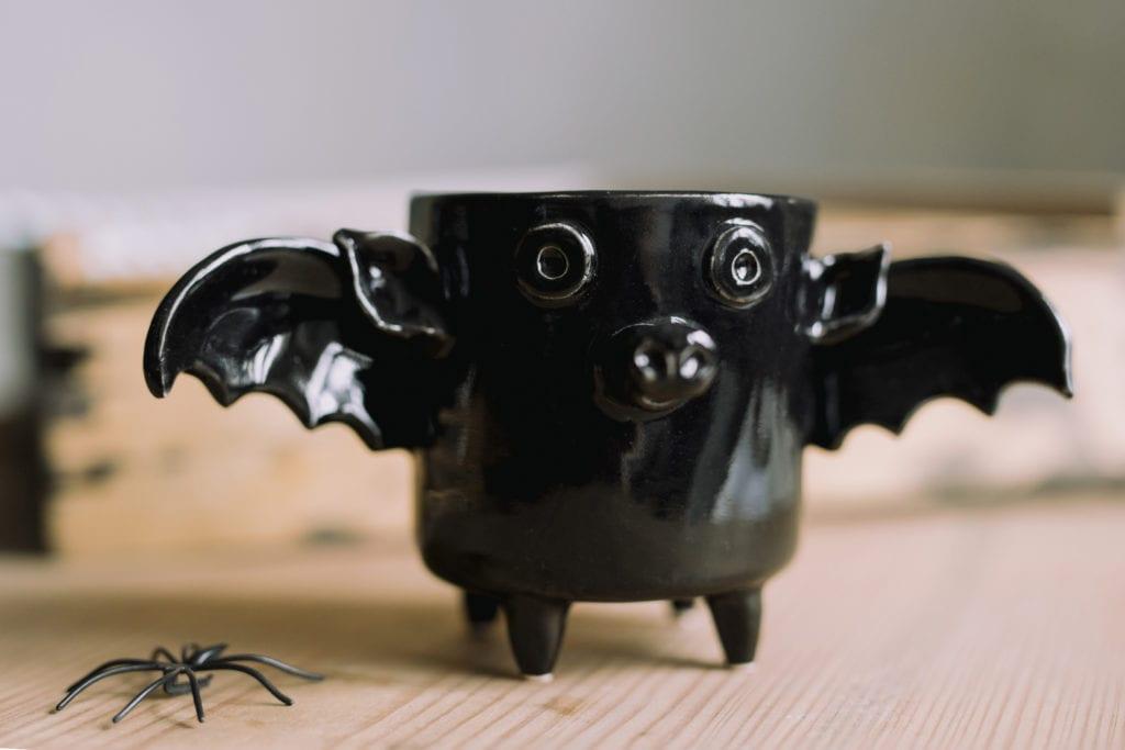 Czarny kubek z ceramiki w kształcie nietoperza od Lamabo