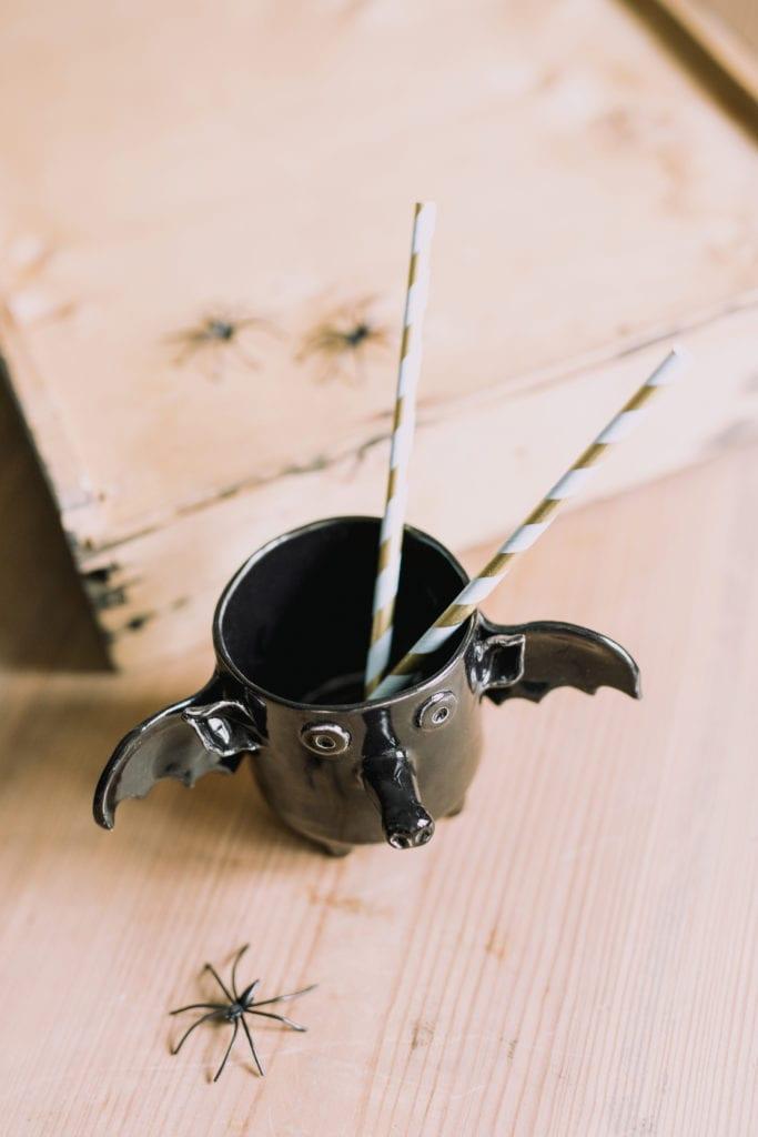 Czarny kubek z ceramiki w kształcie nietoperza