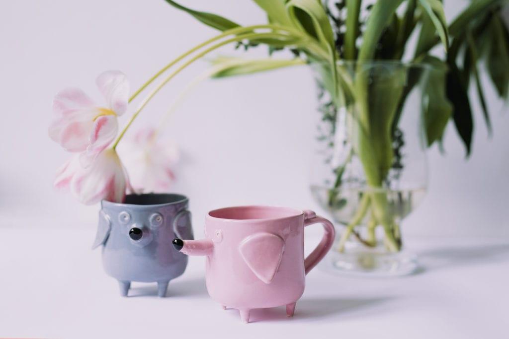 Różowy i niebieski kubek z ceramiki w kształcie psa
