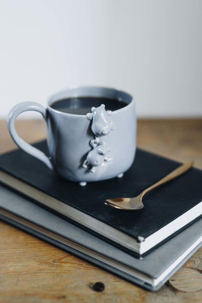 Szara ceramiczna filiżanka z czarną kawą od marki Lamabo
