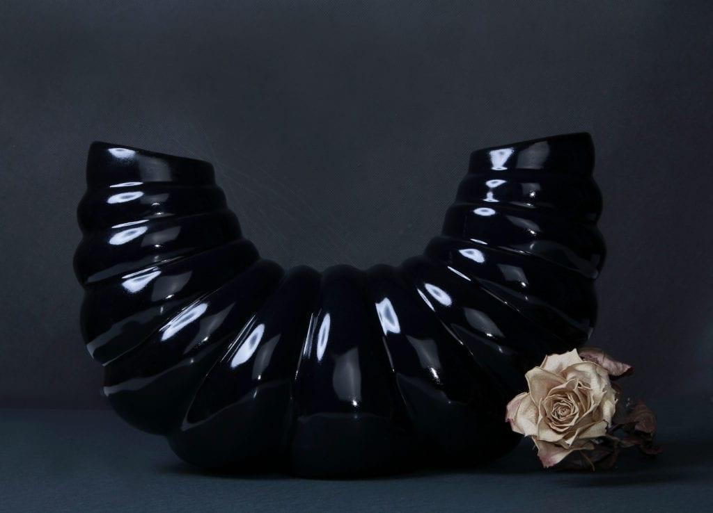 Czarny ceramiczny wazon w kształcie skorupiaka