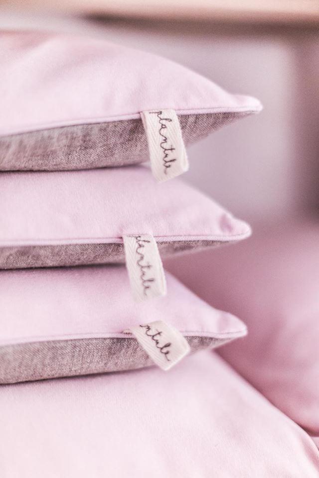 Propozycja prezentu na dzień matki - trzy różowe poduszki od Plantule