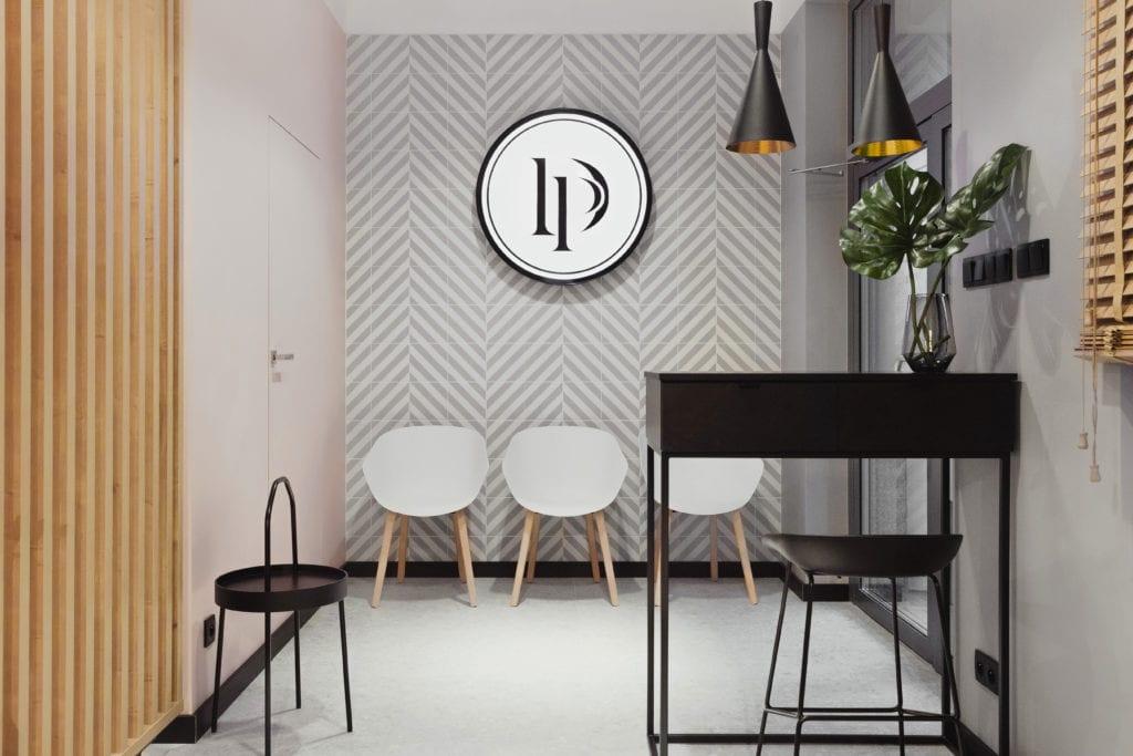 Ściana w biało-czarne wzory w salonie fryzjerskim Doroty Pietruczuk
