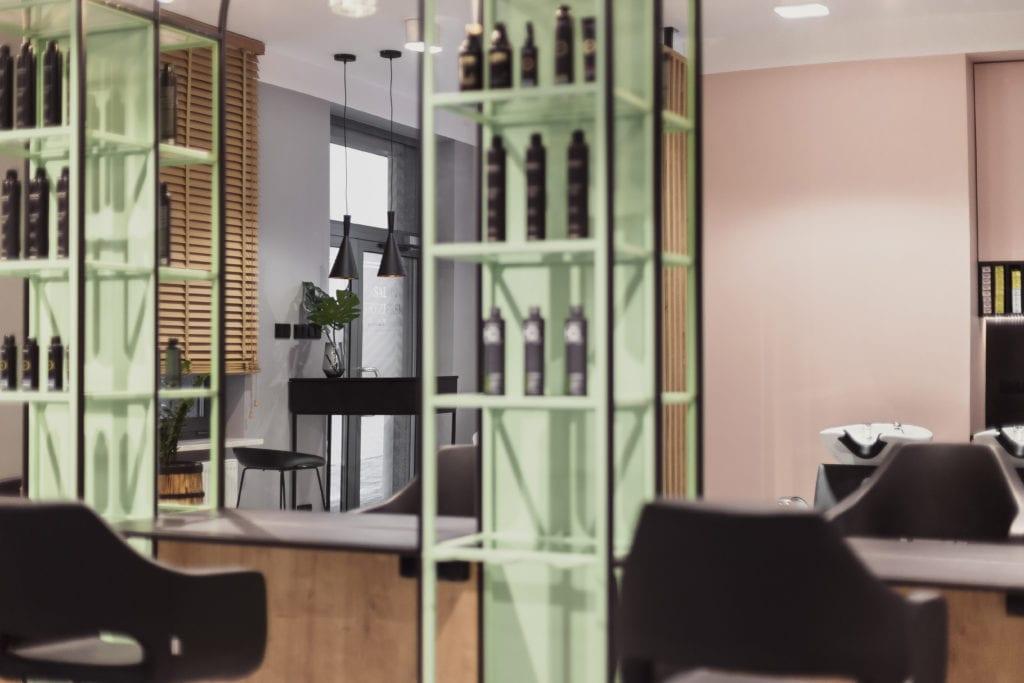 Damian Kozłowski (pracownia 74studio) i projekt salonu fryzjerskiego w Białymstoku