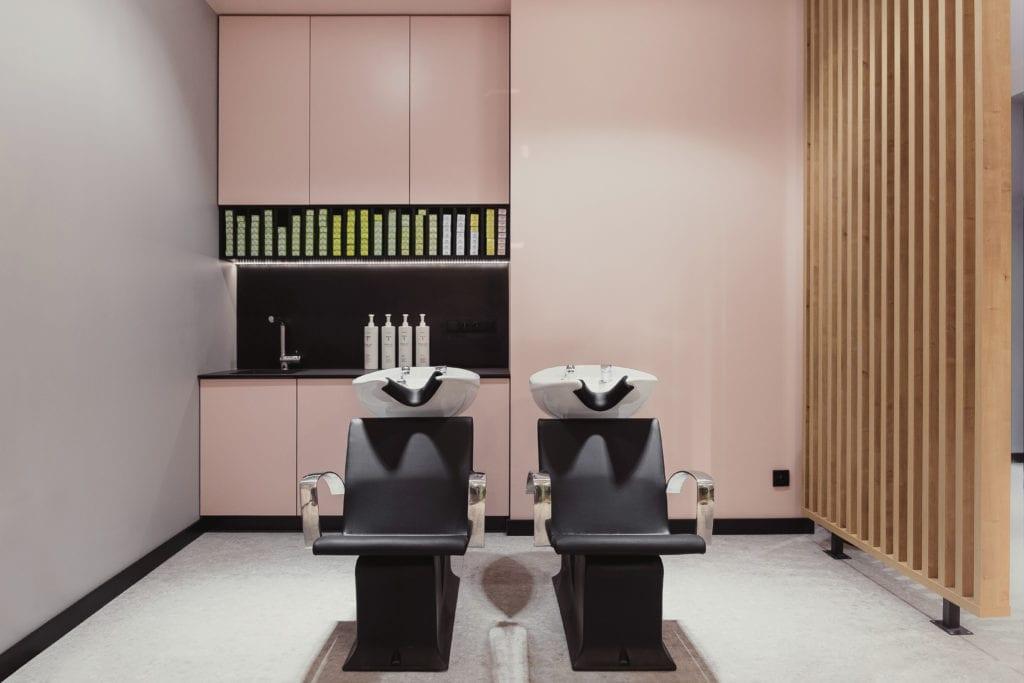 Dwa fotele fryzjerskie w salonie w Białymstoku projektu 74studio