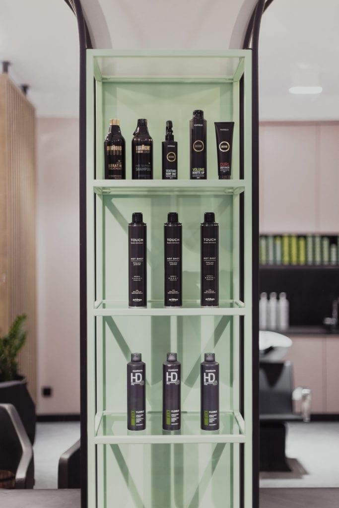 Kosmetyki stojące na półce w salonie fryzjerskim Doroty Pietruczuk