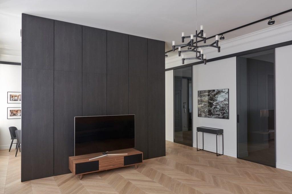 Salon z czarną ścianą i podłogą w jodełkę od ZenDizajn i Studio Forma 96