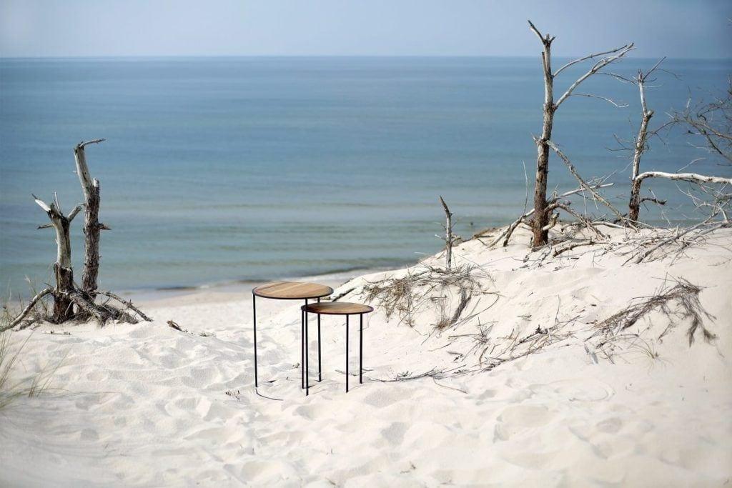 Stoliki od polskiej marki My Modern Home stojące na plaży