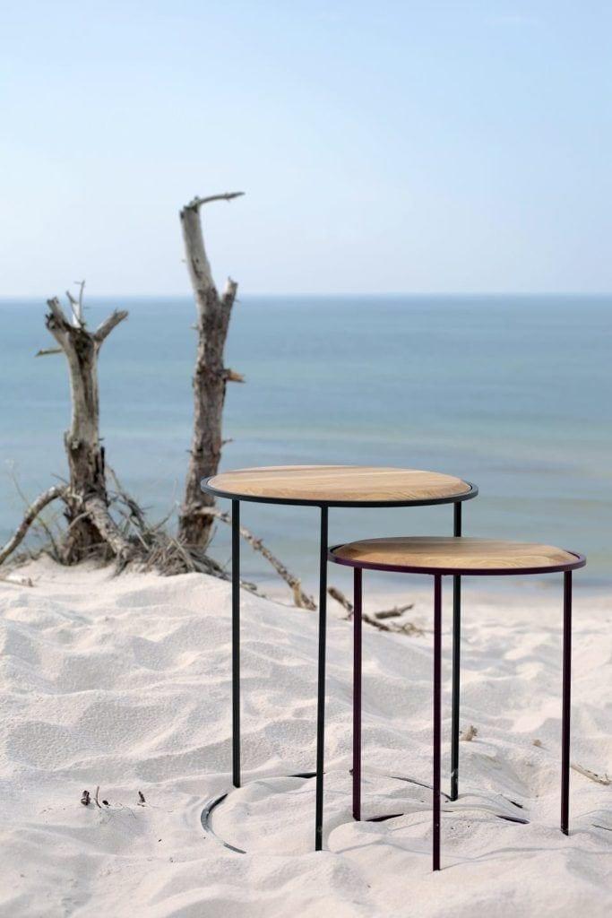 Stoliki od polskiej marki My Modern Home stojące na wydmach