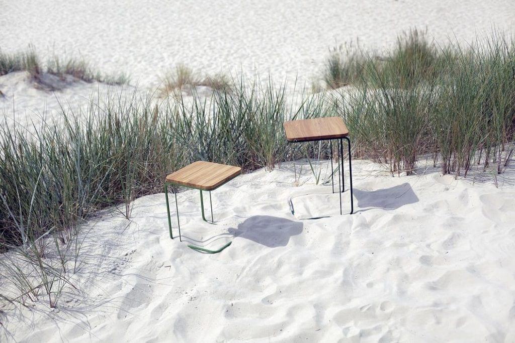 Stoliki od polskiej marki My Modern Home stojące na piasku