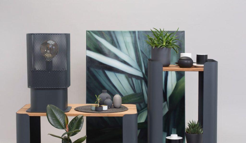 Stoliki od polskiej marki My Modern Home stojące w otoczeniu obrazów