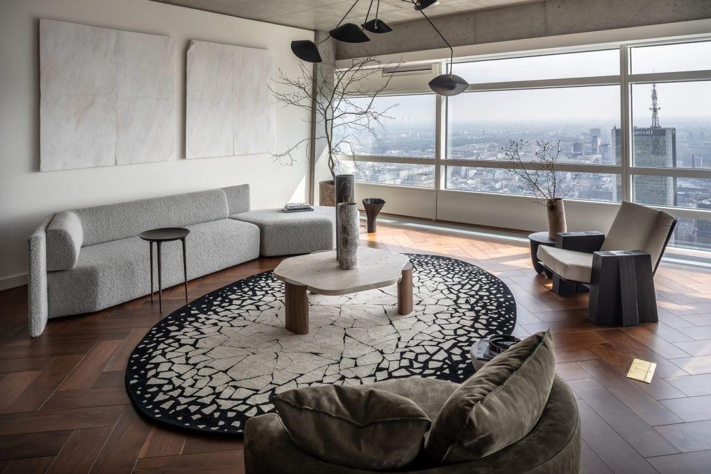 The Signature Apartment - salon z widokiem na Warszawę - apartament na Złotej 44 - projekt Kooku Konrad Kudraszow