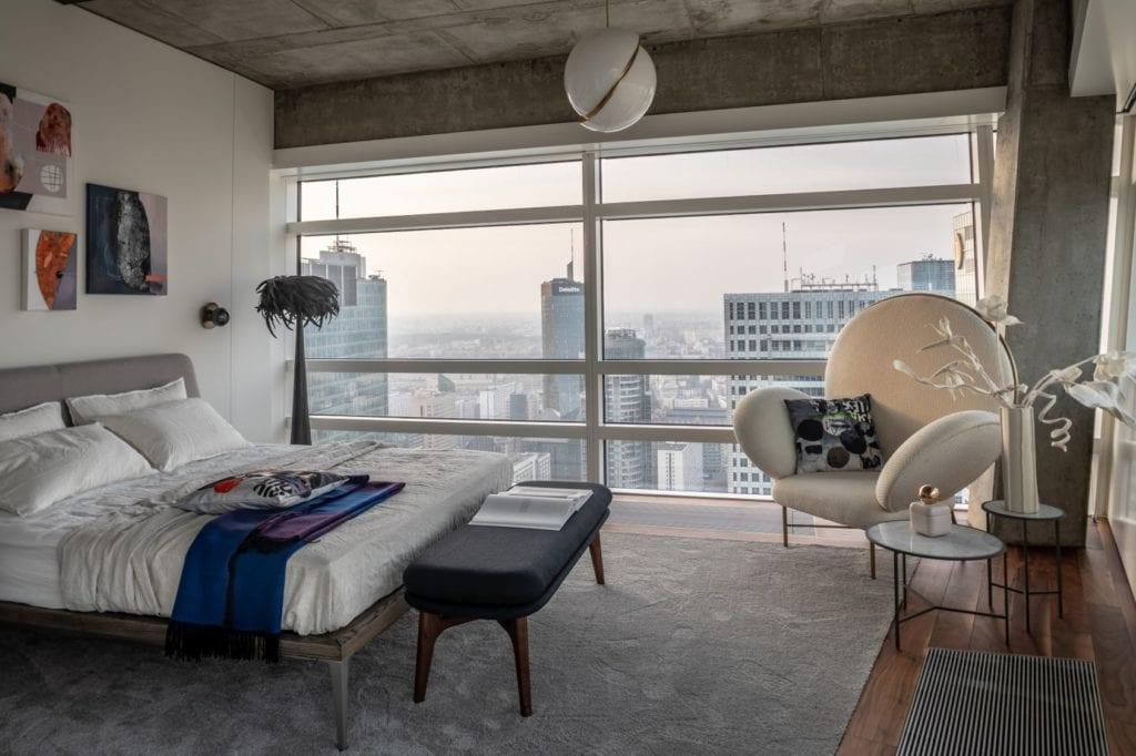 Sypialnia z widokiem na Warszawę w apartamentcie Sky Loft projektu Kooku Konrad Kudraszow