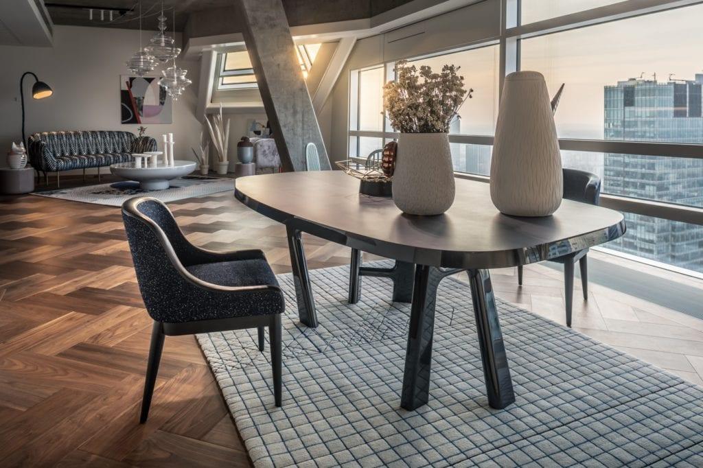 Duży drewniany stół w apartamentcie Sky Loft projektu Kooku Konrad Kudraszow