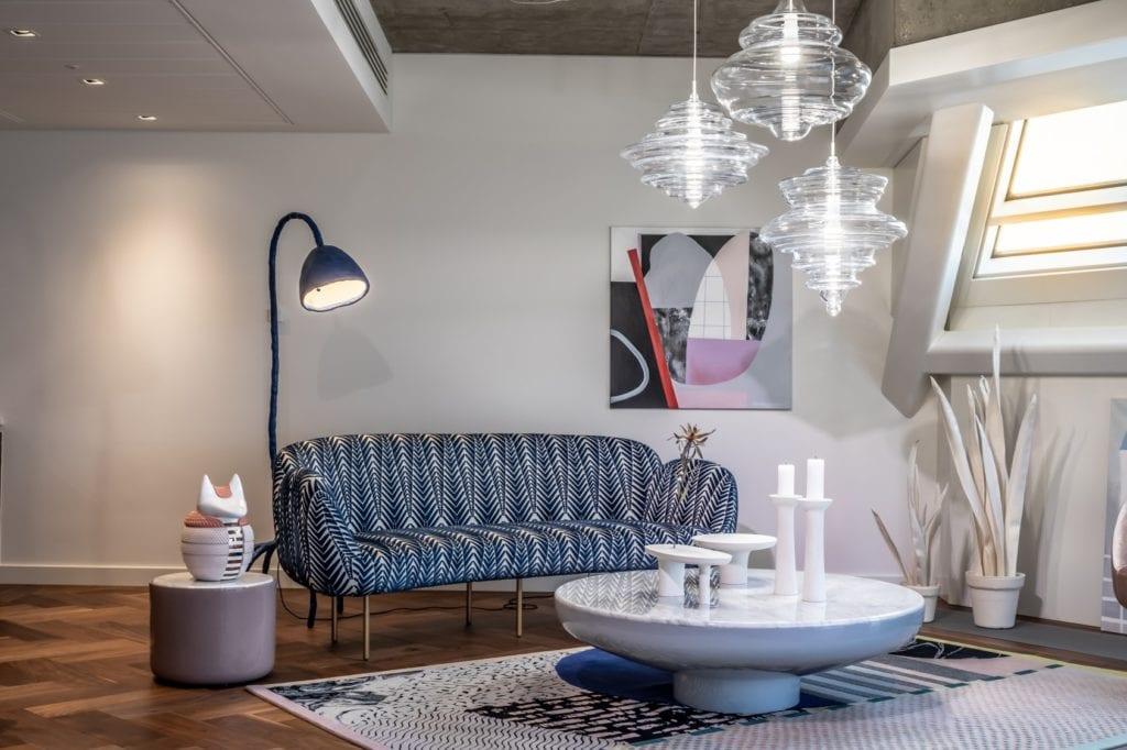 Salon z niebieską kanapą w apartamentcie Sky Loft projektu Kooku Konrad Kudraszow