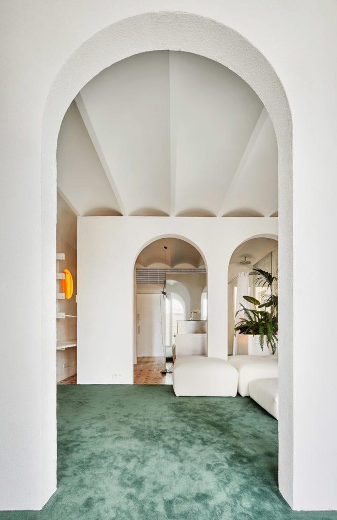 Duże łuki w apartamencie w Barcelonie projektu studia PMAA