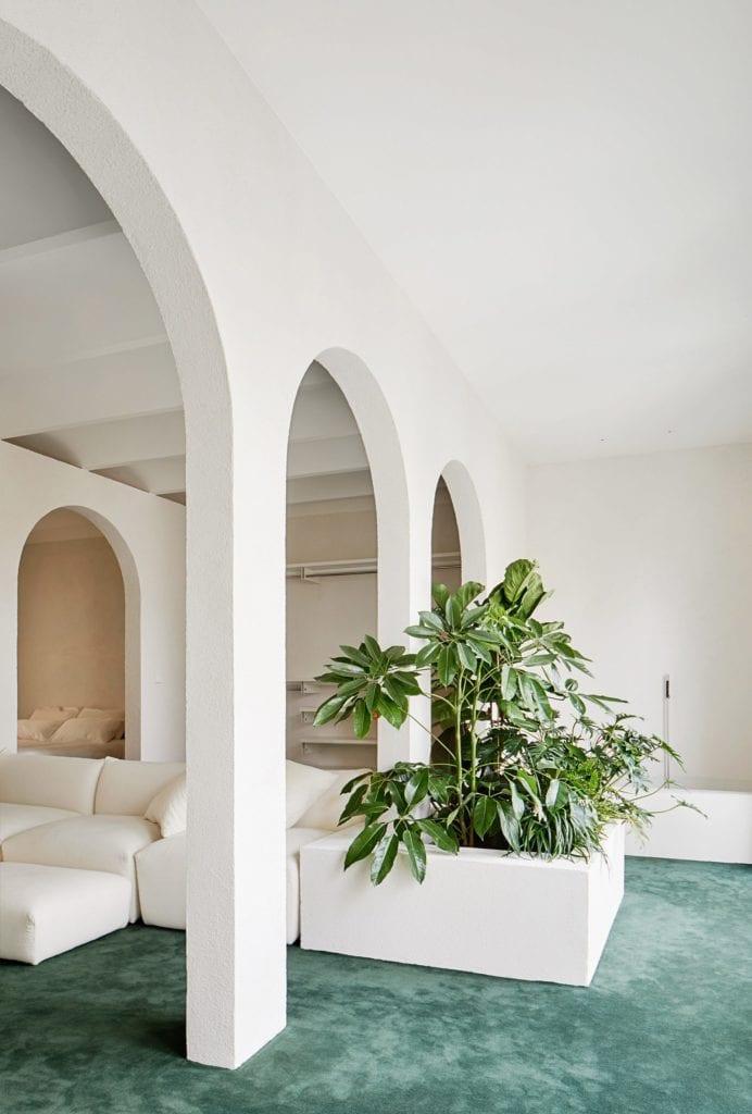 Zieleń i zielona podłoga w apartamencie w Barcelonie projektu studia PMAA