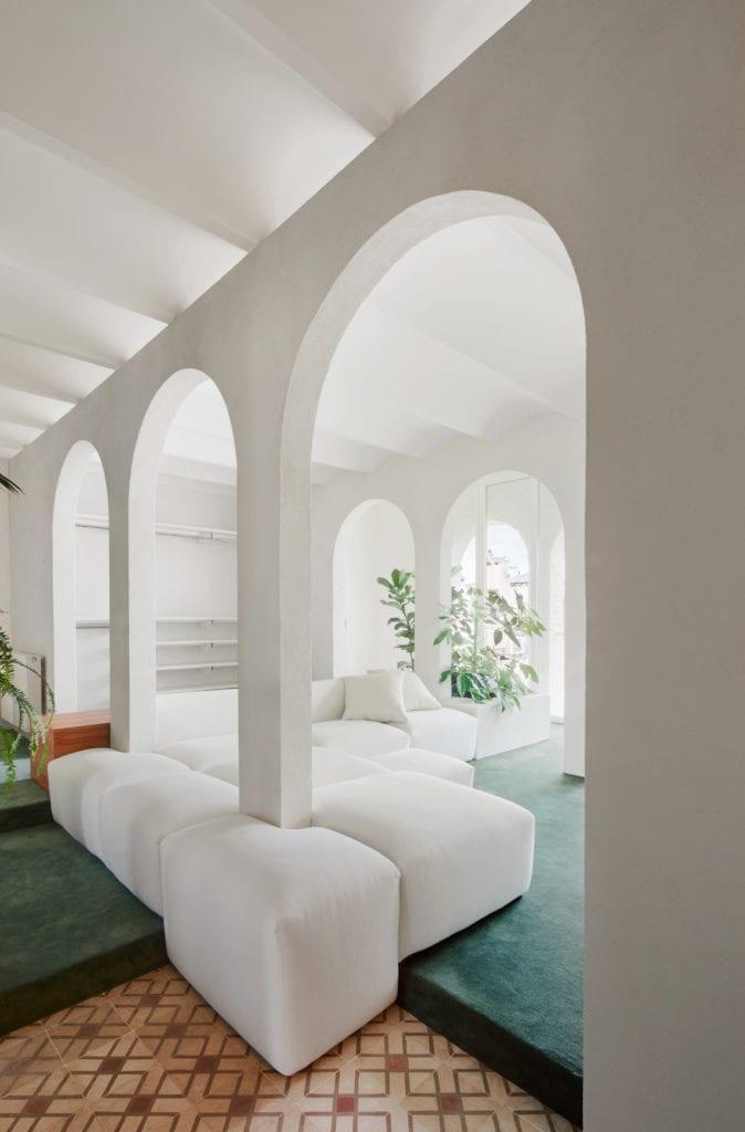 Białe sofy w salonie w apartamencie w Barcelonie projektu studia PMAA