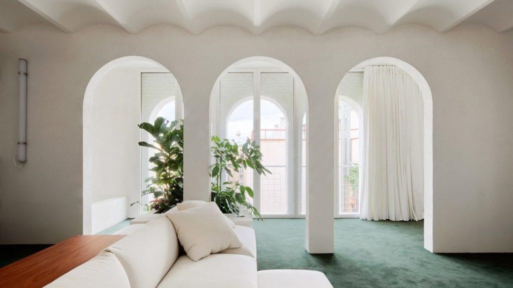 Jasne wnętrze w apartamencie w Barcelonie projektu studia PMAA