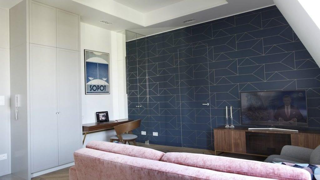 Niebieska ściana w salonie mieszkania projektu Sojka & Wojciechowski