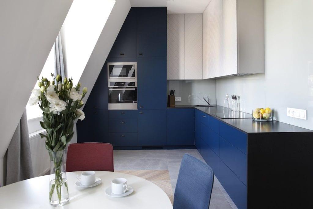 Niebieskie detale w kuchni projektu Sojka & Wojciechowski