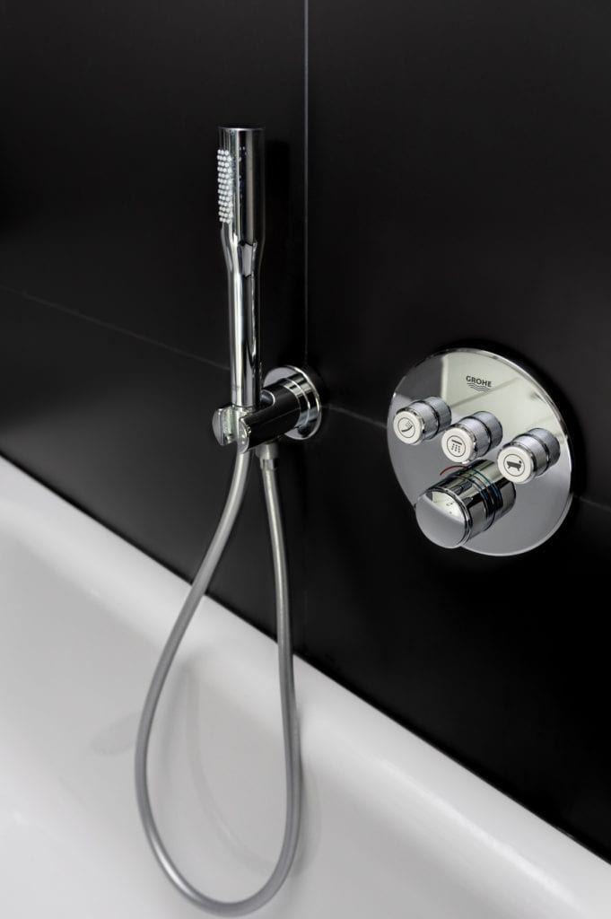 Wanna w łazience z czarną ścianą projektu Katarzyna Orwat Design