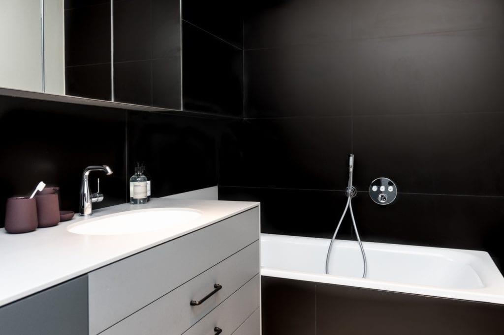 Czarna łazienka projektu Kasia Orwat Design
