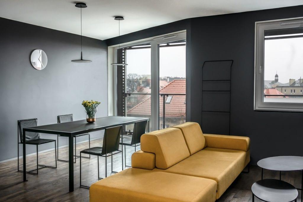 Salon z żółtą sofą zaprojektowany przez Katarzynę Orwat