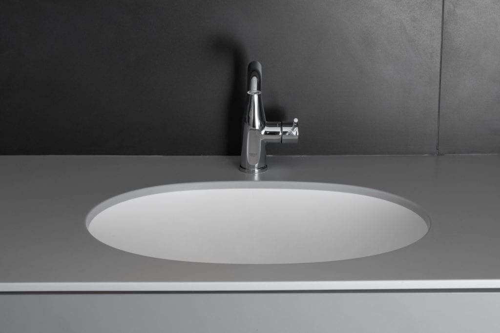 Umywalka w łazience w poznańskim mieszkaniu projektu Kasia Orwat Design
