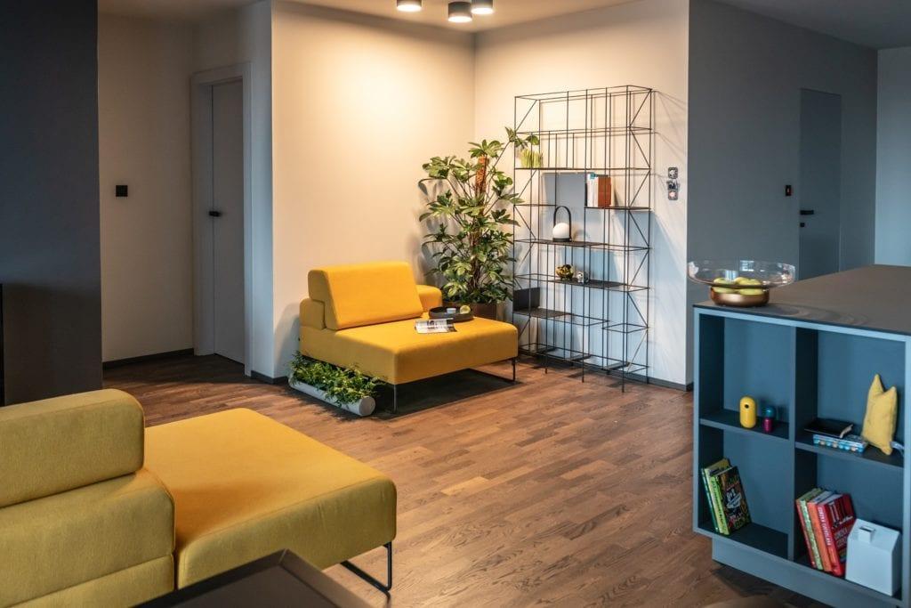 Projekt mieszkania z żółtymi meblami