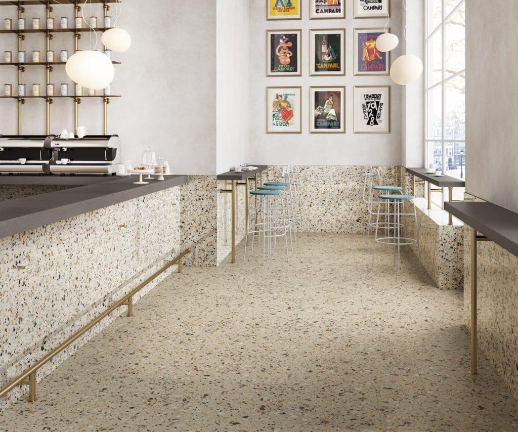 Kuchnia z obrazkami na ścianie i terazzo na podłodze
