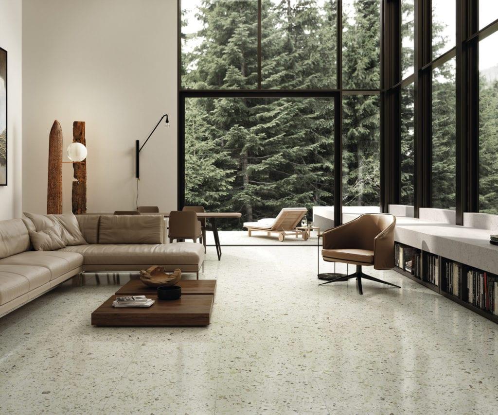 Podłoga z jasnego lastrico w salonie z dużym oknem