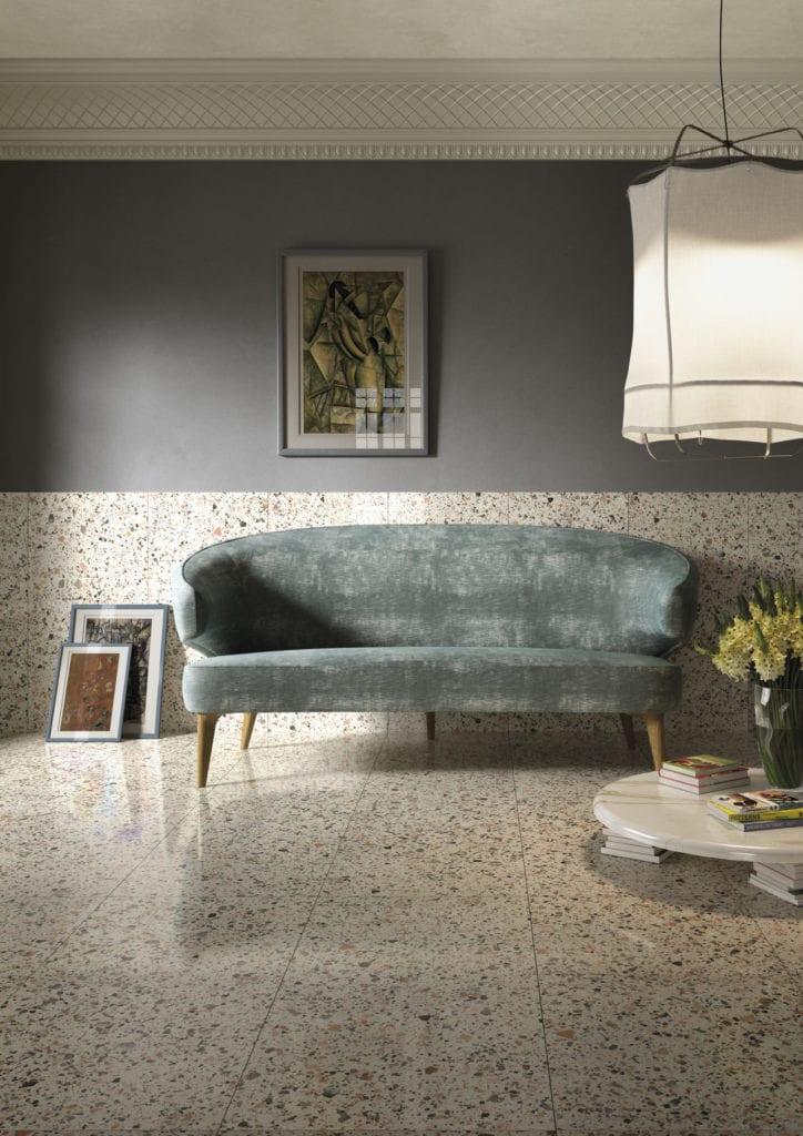 Podłoga z lastryko w salonie i ciemna ściana z obrazem