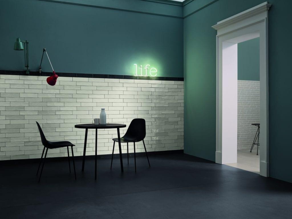 Ściana w zielonym kolorze i cegła plus podłoga z lastryko