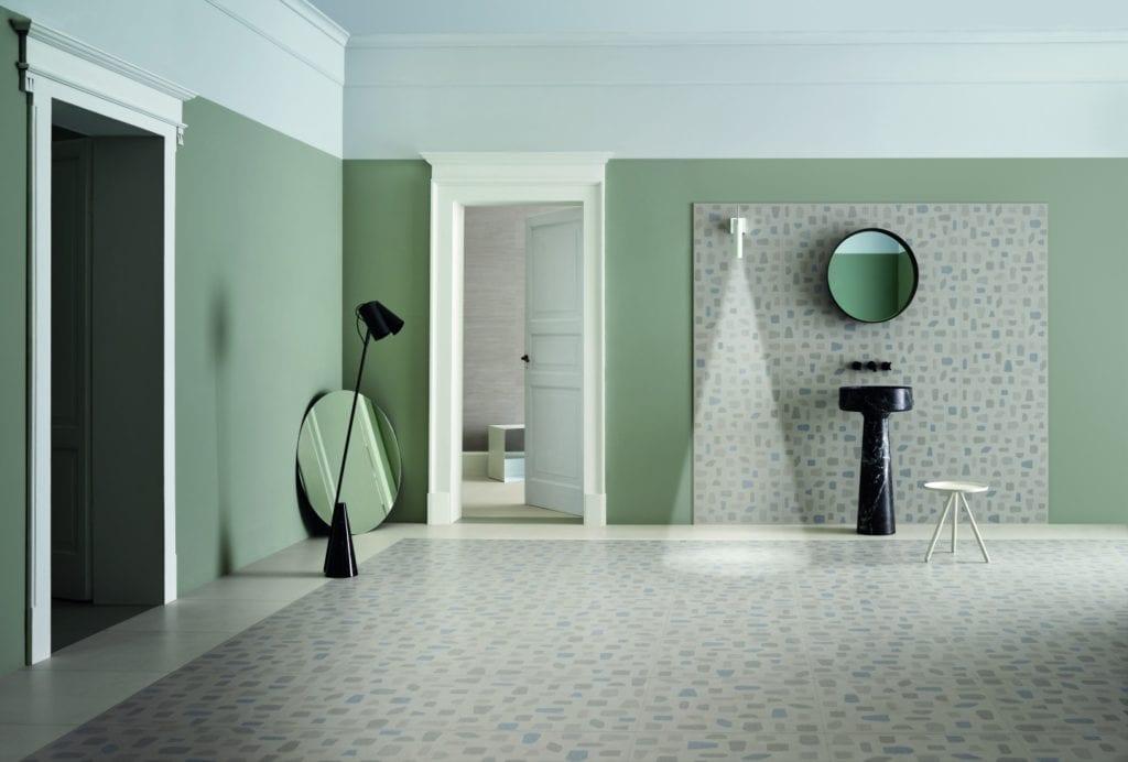 Zielona ściana w łazience i podłoga z lastryko