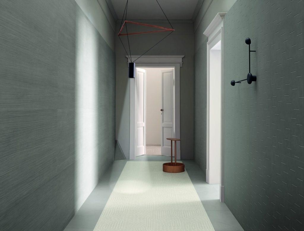 Przedpokój z zielonymi ścianami i podłoga z lastryko