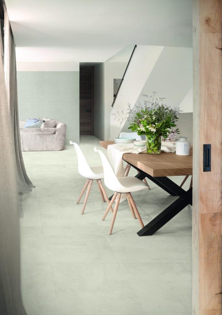 Miętowa ściana w jadalni i podłoga z lastryko