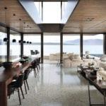 Podłoga z lastryko w salonie z ogromnymi oknami