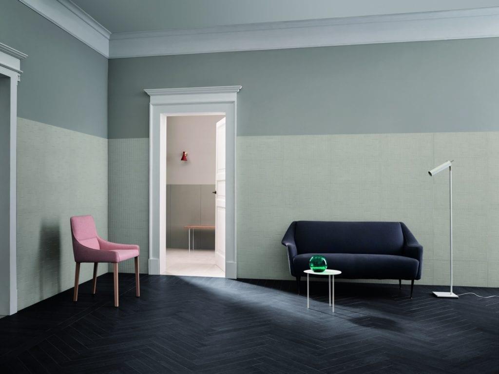 Miętowa ściana w dużym pokoju i podłoga z niebieskiego lastryko