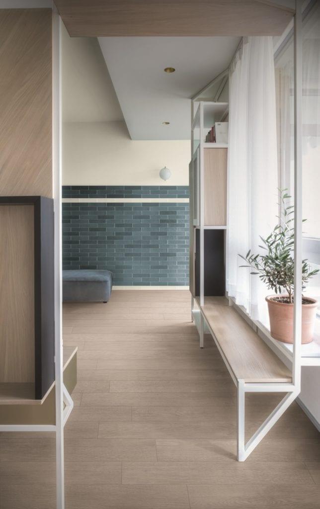 Pokój z zieloną ścianą i drewnianą podłogą