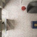 Lastryko z czerwonym detalem na podłodze w salonie