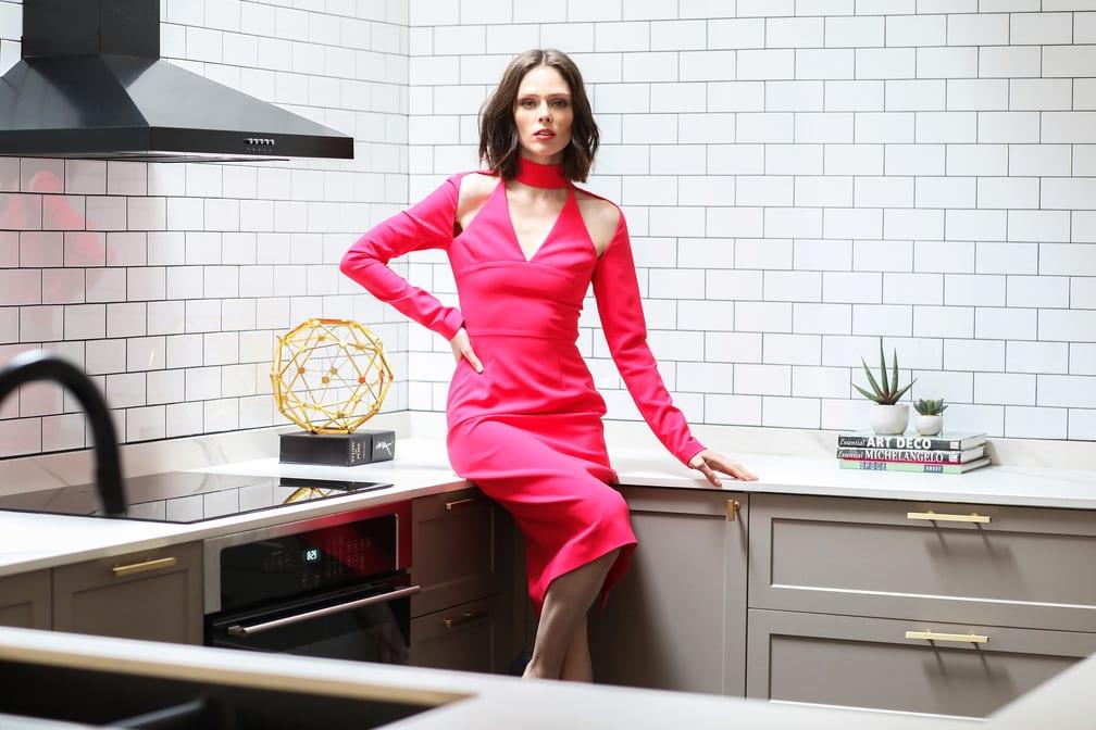 Coco Rocha w kuchni w swoim mieszkaniu