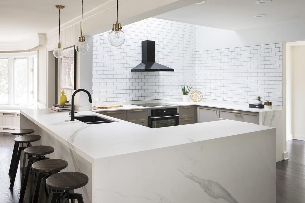 Połączenie białego i czarnego koloru w kuchni w mieszkaniu Coco Rocha