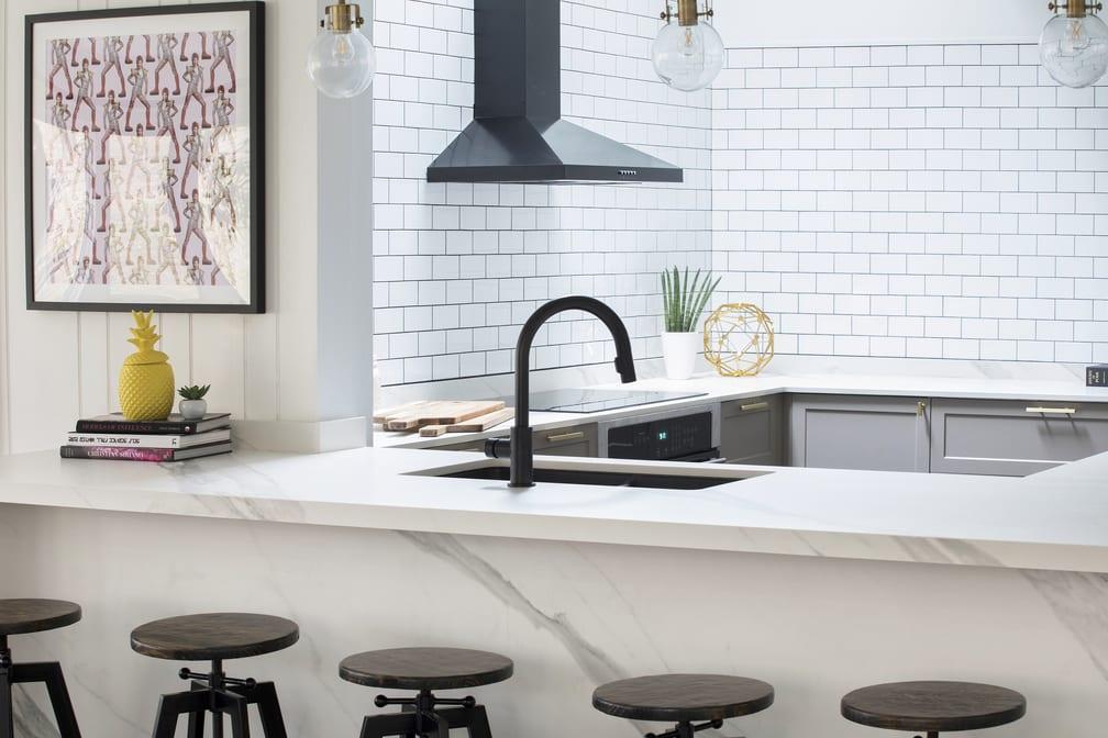 Jasna kuchnia, czarny zlew i czarny okap w kuchni